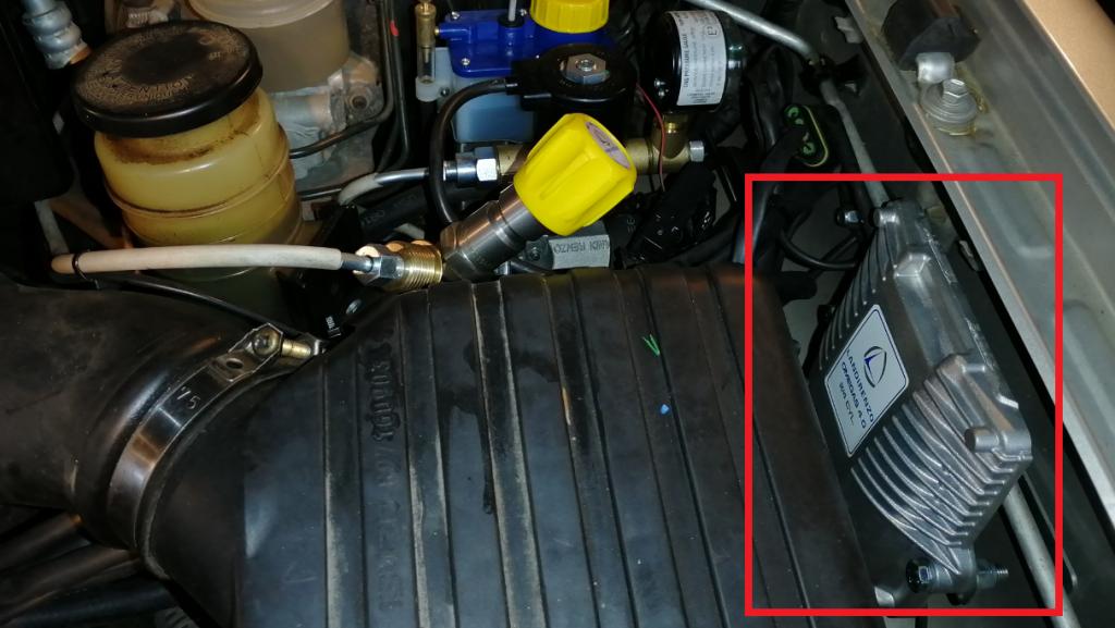 Kaasujärjestelmän tietokone kaasukonvertoidun auton moottoritilassa